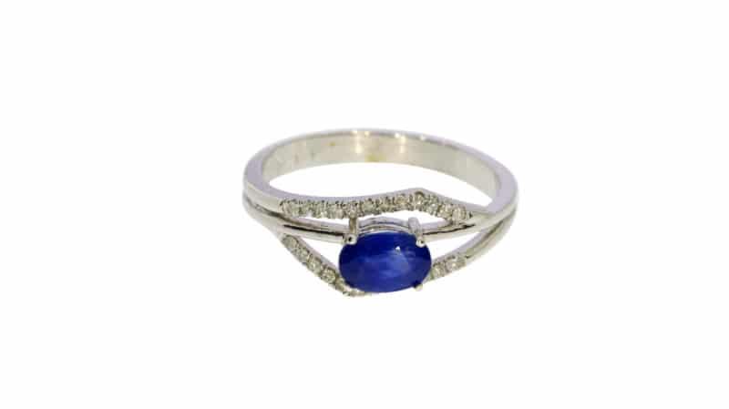 טבעת ספיר 0.88 קראט, זהב-לבן 14 קראט, משובצת יהלומים