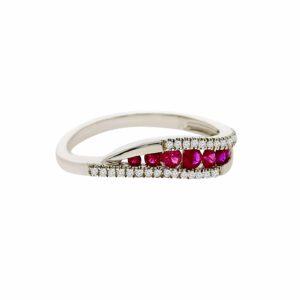 טבעת אבני רובי 0.30 קראט, זהב -לבן 14 קראט, בשיבוץ 0.08 קראט יהלומים