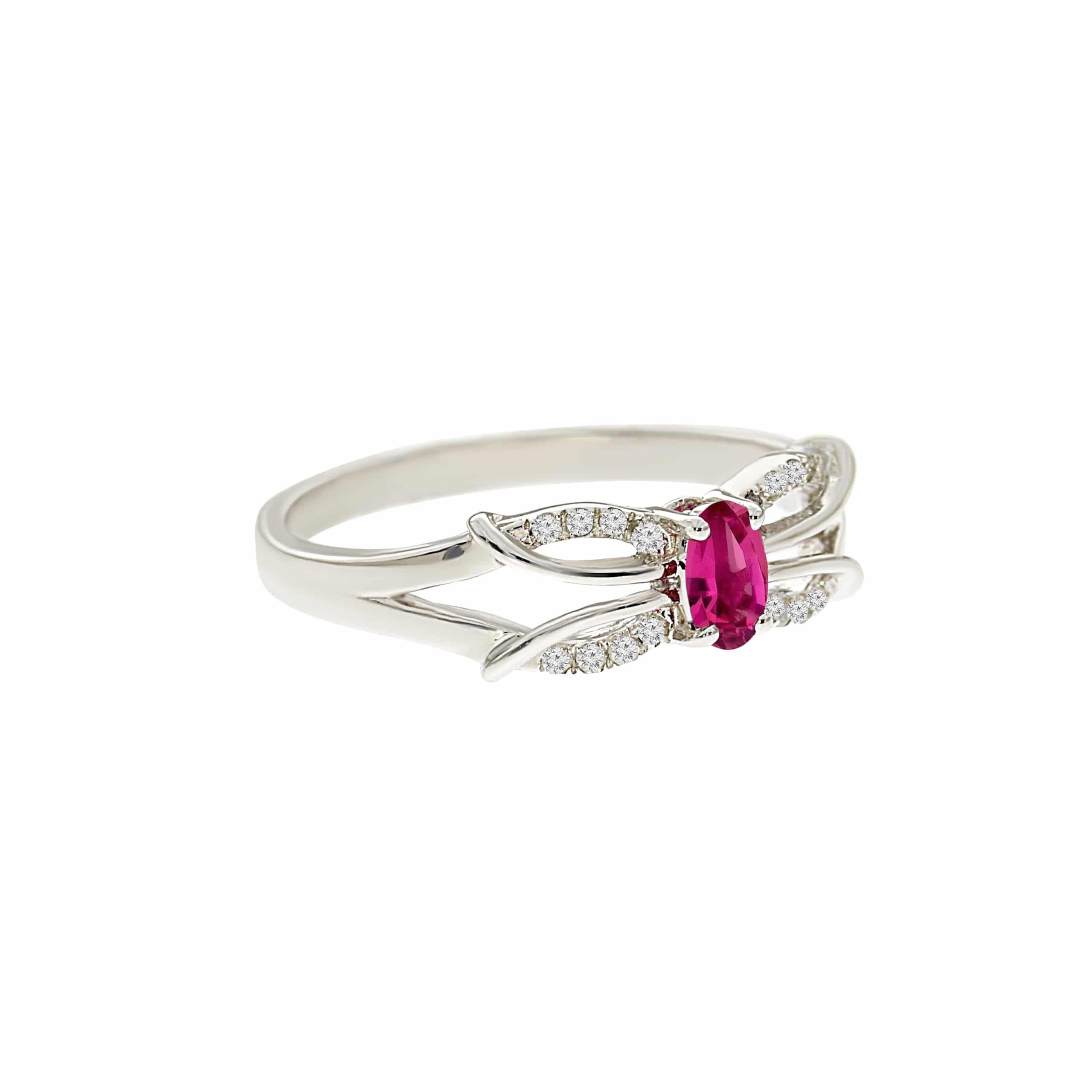 טבעת אבן רובי 0.28 קראט, זהב -לבן 14 קראט, בשיבוץ יהלומים