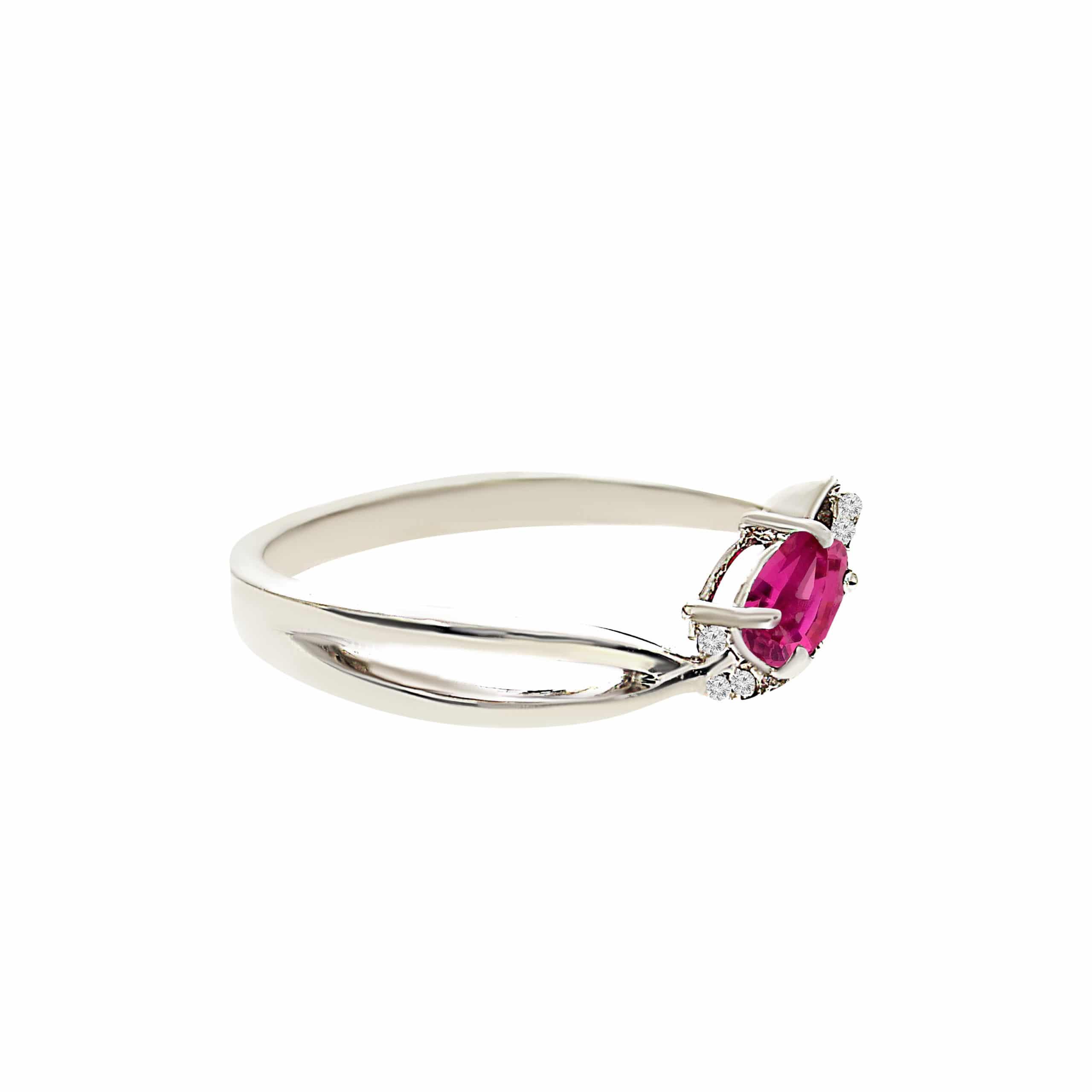 טבעת אבן רובי 0.27 קראט, זהב -לבן 14 קראט, בשיבוץ יהלומים